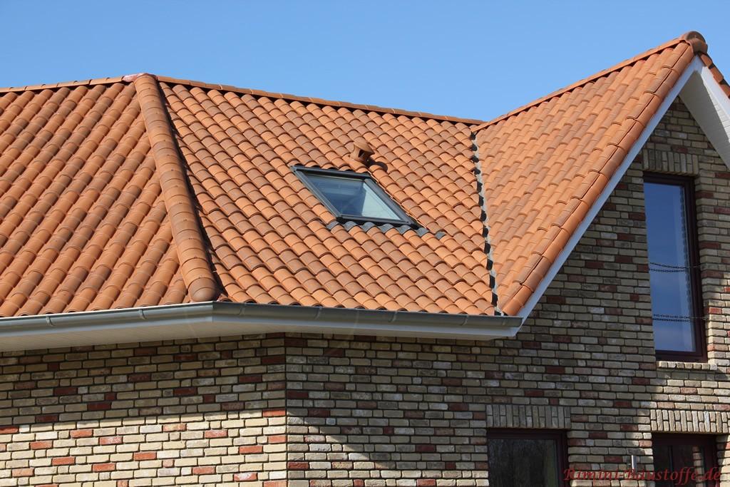 Brauner romanischer Dachziegel mit Doppeloptik