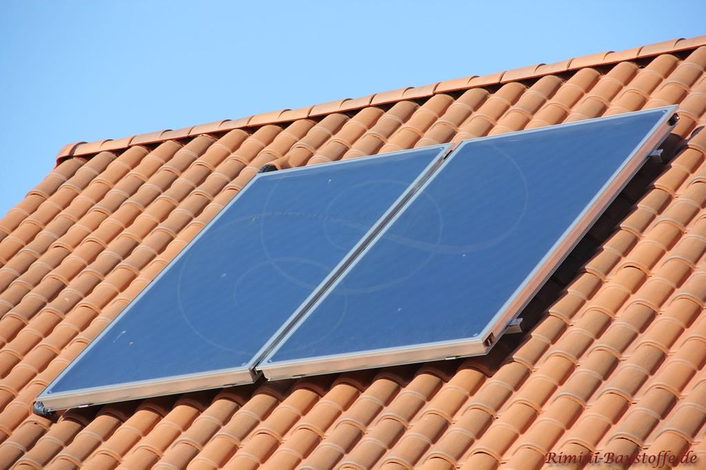 Romanischer Dachziegel mit Solaranlage