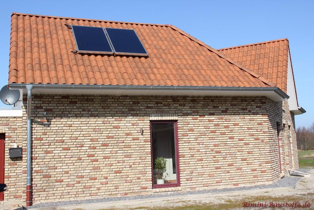rustikaler Klinker mit mehreren Farben und ein passender Dachziegel in Braun