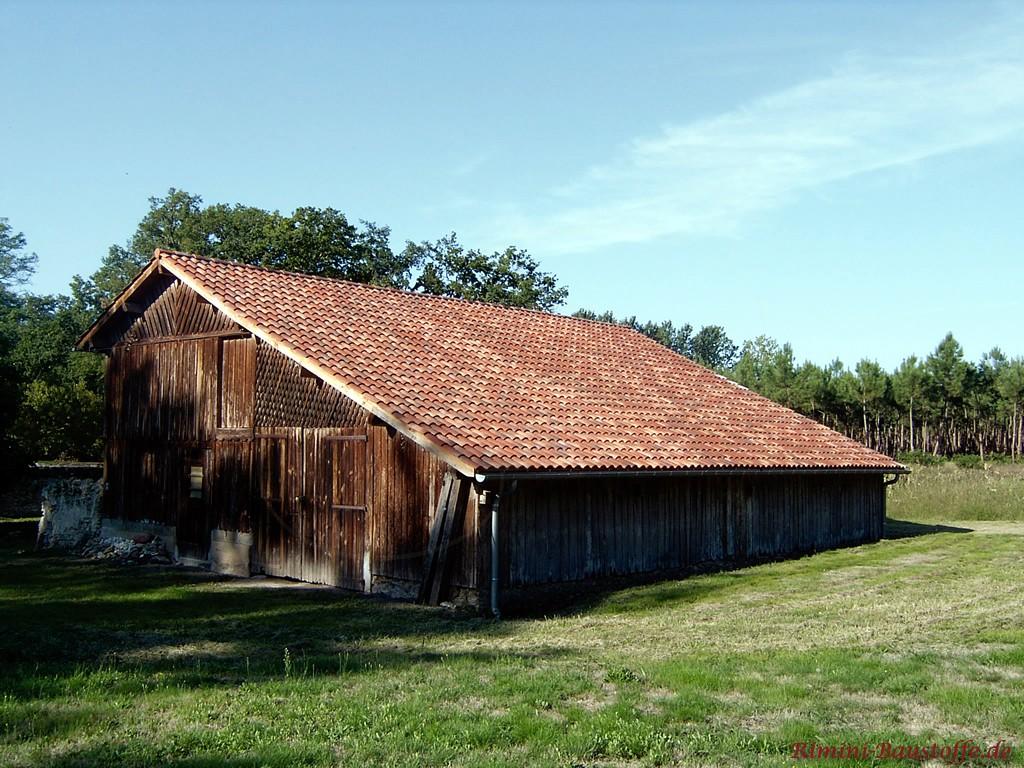schöne alte Holzscheune mit schönen Dachziegeln im antiken Look
