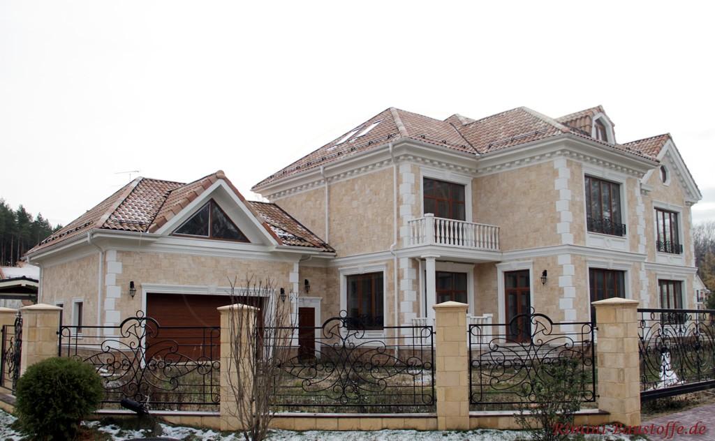 große Villa im mediterranen Stil mit vielen Zierelementen