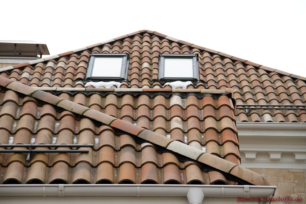 Romanischer Dachziegel in Verbindung mit Dachfenstern