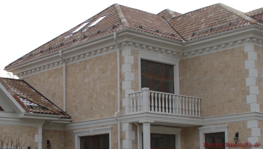 schön zu sehen die Stuckelemente außen an der Fassade