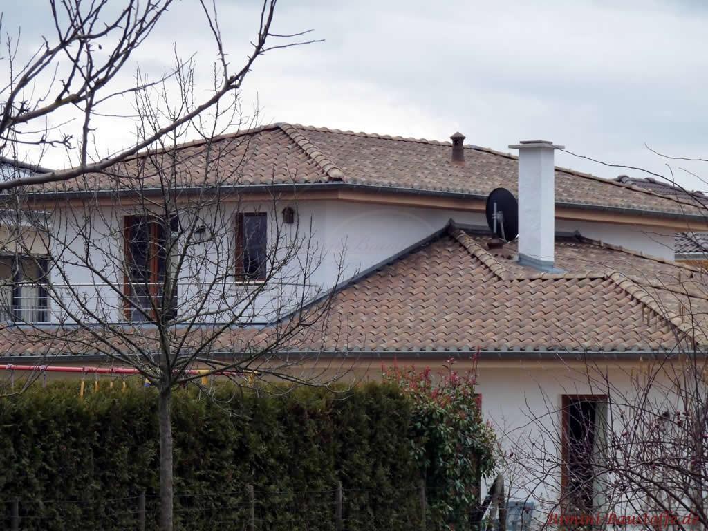 schöner mediterraner Putzbau mit kleiner Dachterrasse