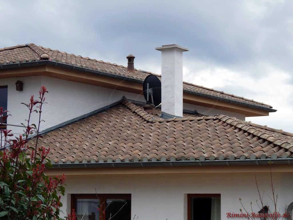 schöner antik wirkender Dachziegel passend zum Stil des Hauses