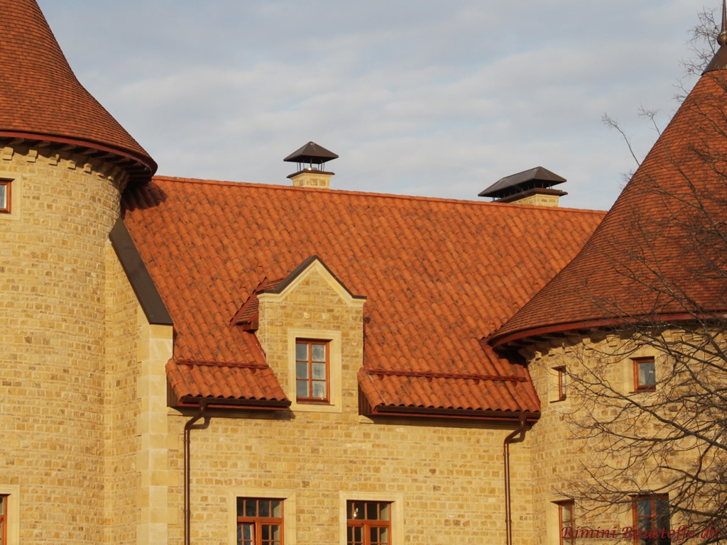 antikes Gebäude mit schönen romanischen Ziegeln gedeckt