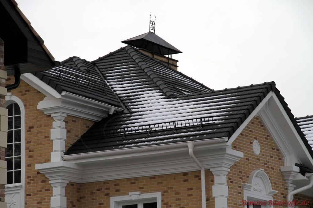 schöner verzierter Schornstein passend zum Stil des Hauses