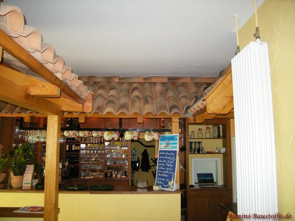 Überdachung einer Bar im Innenbereich mit südländischen Halbschalen