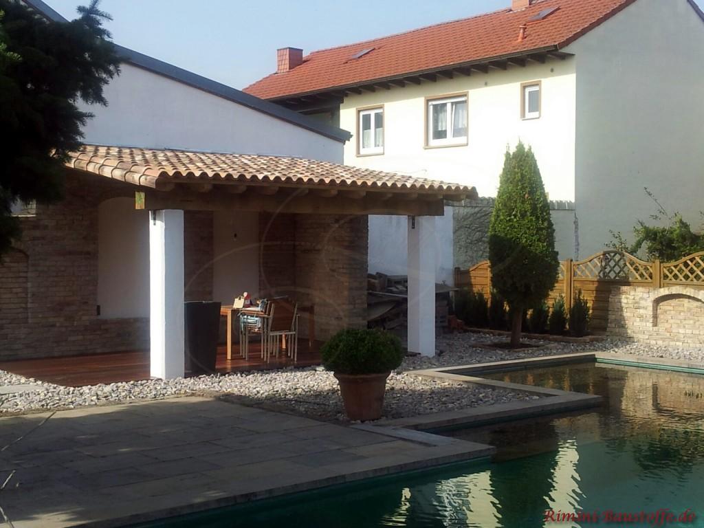 großer Garten mit Pool und überdachter Terrasse
