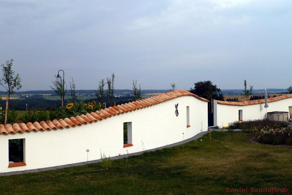 schöne lange geschwungene Gartenmauer mit Mönch Nonne Ziegeln
