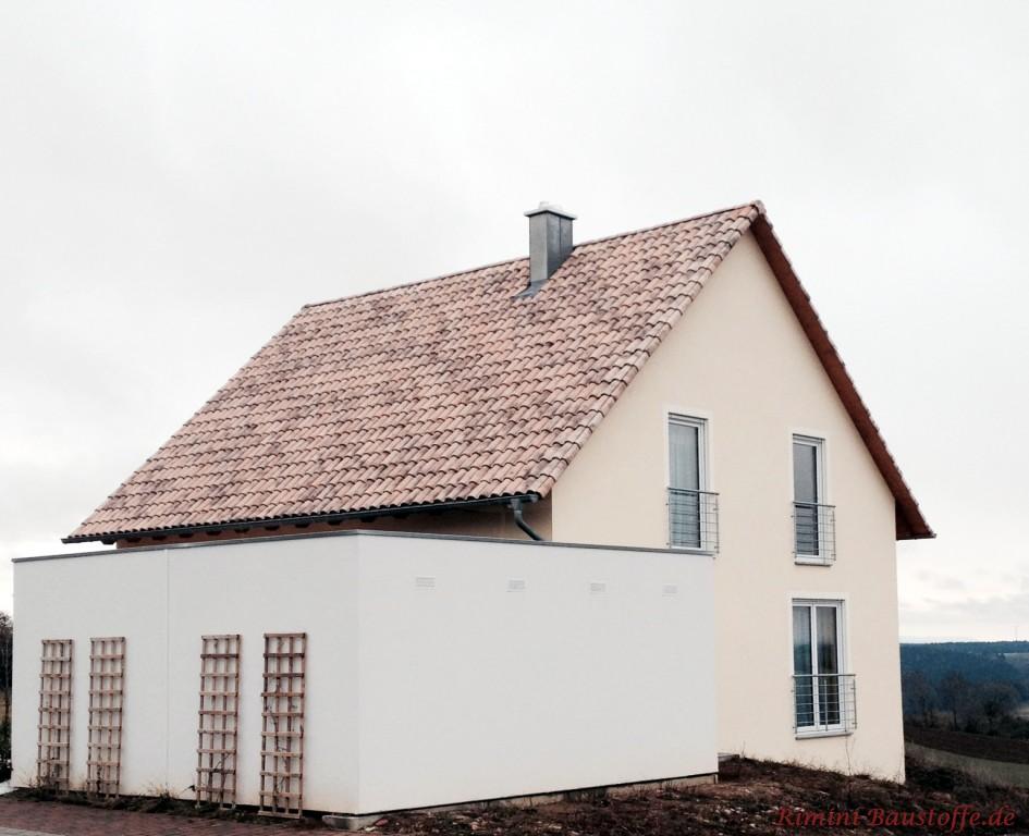 schönes Satteldachhaus mit heller Putzfassade und passendem Dachziegel