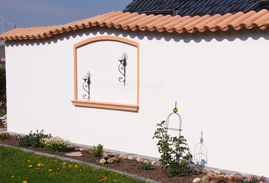 schöne schlichte geschwungene Gartenmauer mit Mauerabdeckung