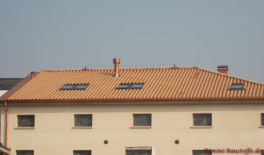 heller beiger Dachziegel zu einer elfenbeinfarbenen Fassade
