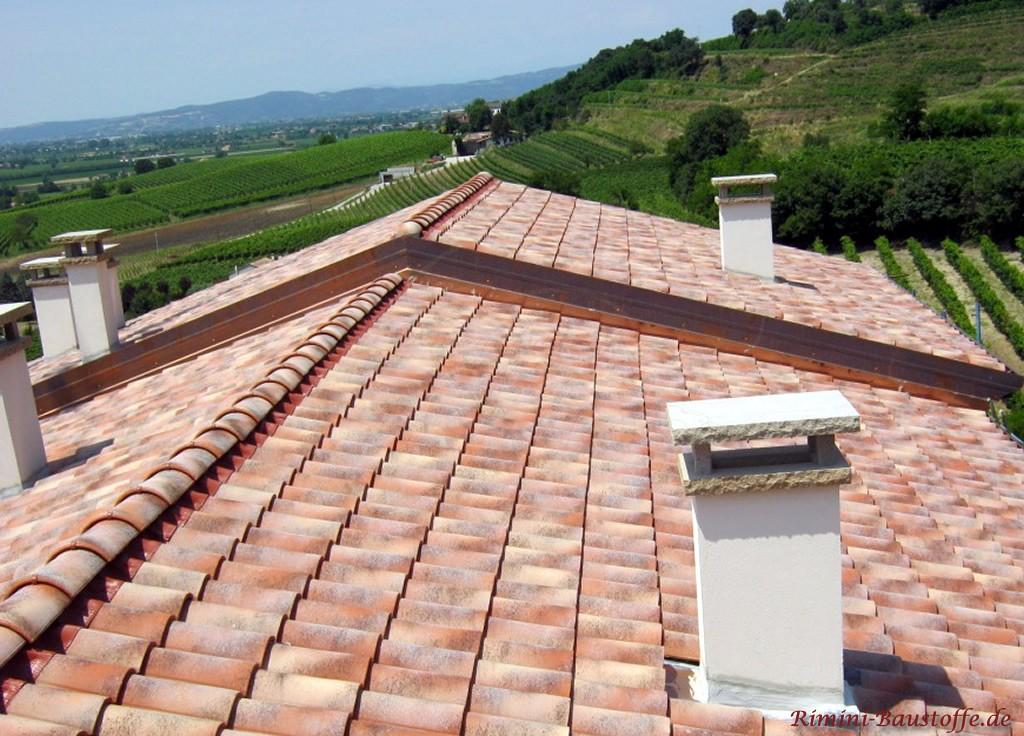 schönes Satteldach im südländischen Stil mit schönen Schornsteinen