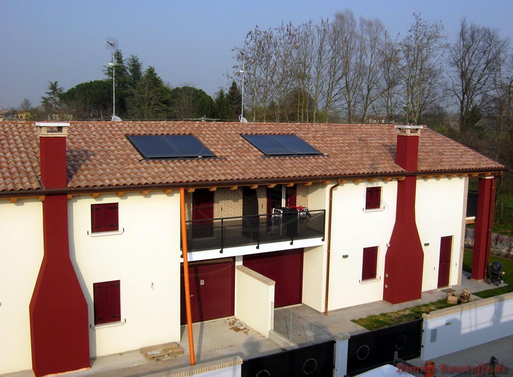 sehr auffällige Farbwahl der Fassade und ein passender milder Dachziegel
