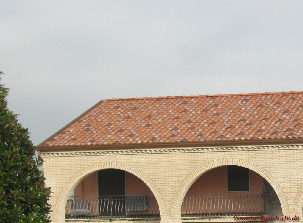 großer umlaufender, überdachter Balkon und ein schönes mediterranes Dach