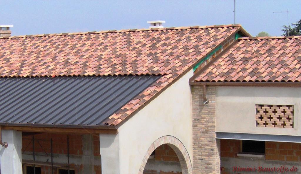 wilde Farbmischung der Dachziegel auf einem Satteldach