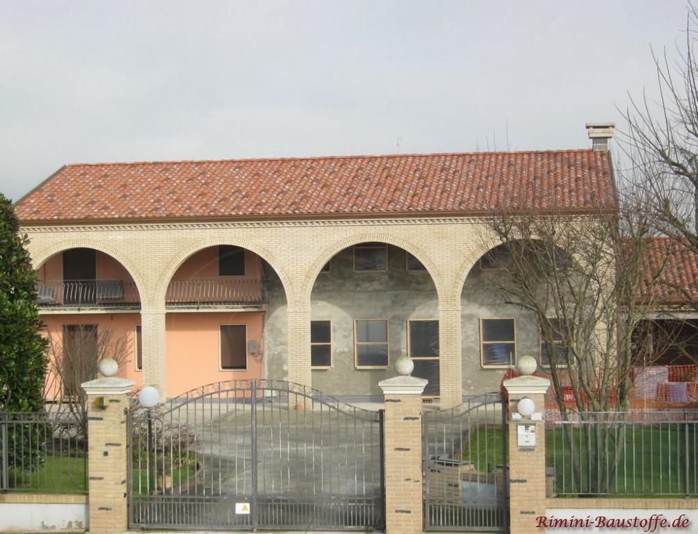 schönes historisches Gebäude mit südländischem Charme
