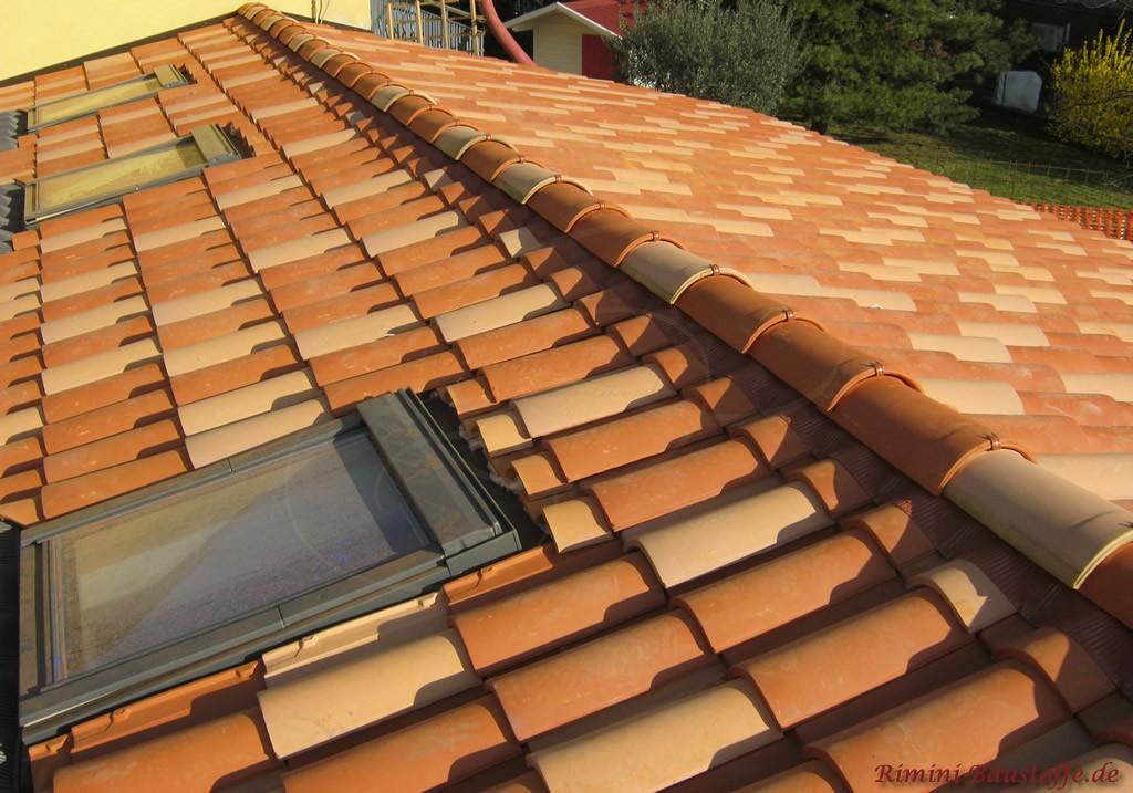 hier schön zu sehen die angeschnittenen Ziegel oberhalb der Dachfenster
