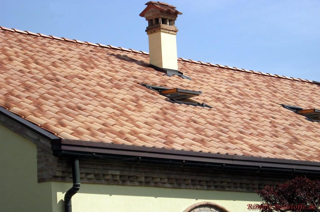 milder strohgelber Dachziegel mit einem leichten Hauch Rot