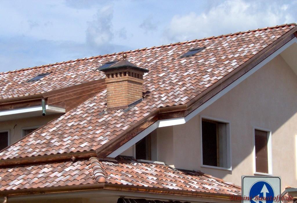 Dachziegel in drei Farben, die innerhalb eines Ziegels variieren