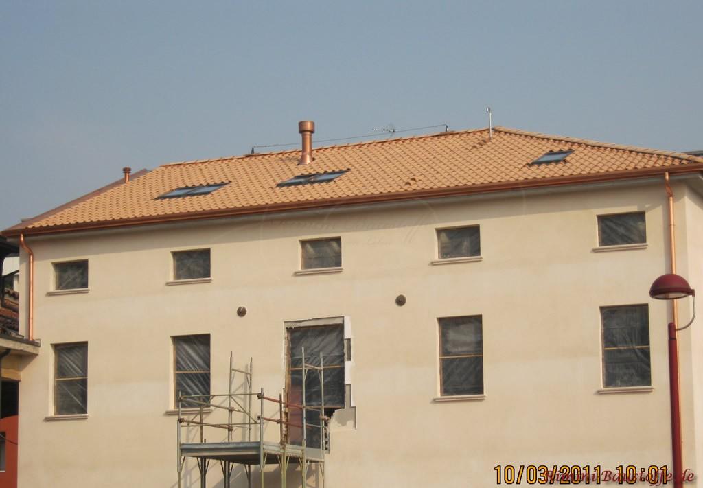 schöner milder beige-rosefarbener Dachziegel zu einer hellen Putzfassade