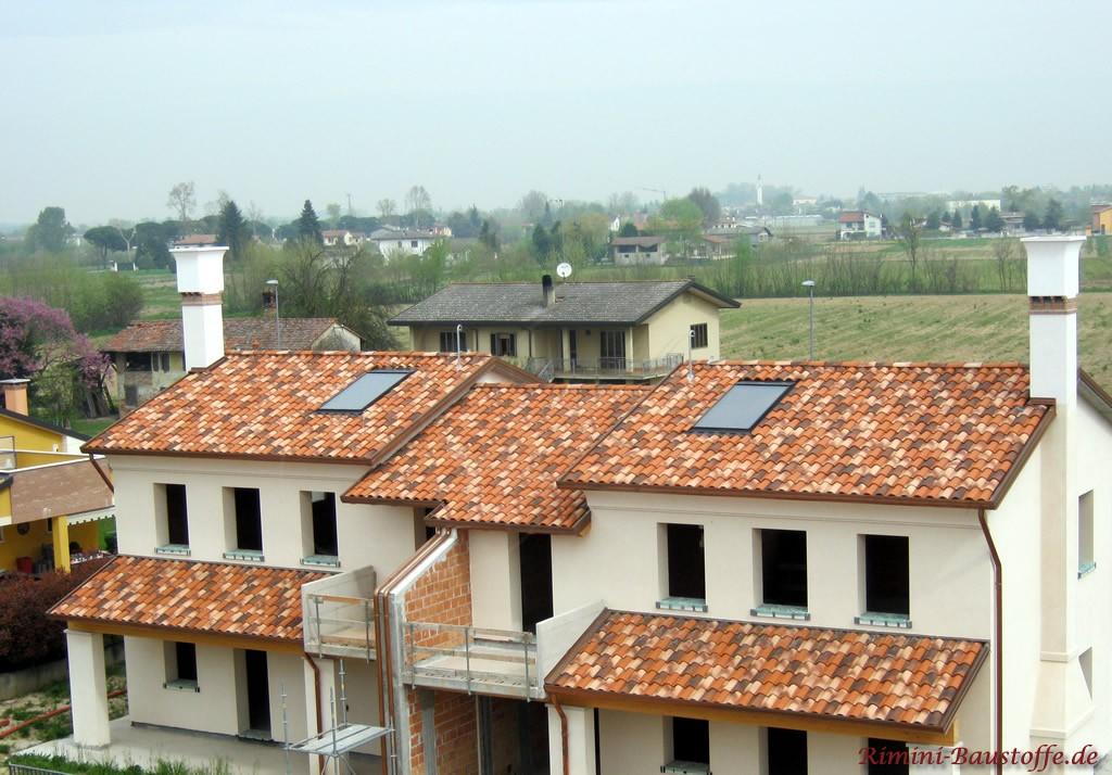 Dachziegel in verschiedenen Farben gemischt
