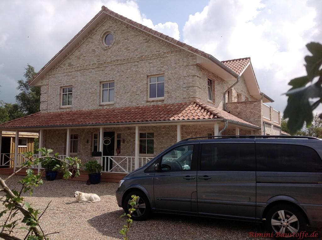 großes Einfamilienhaus mit heller Klinkerfassade un Satteldach