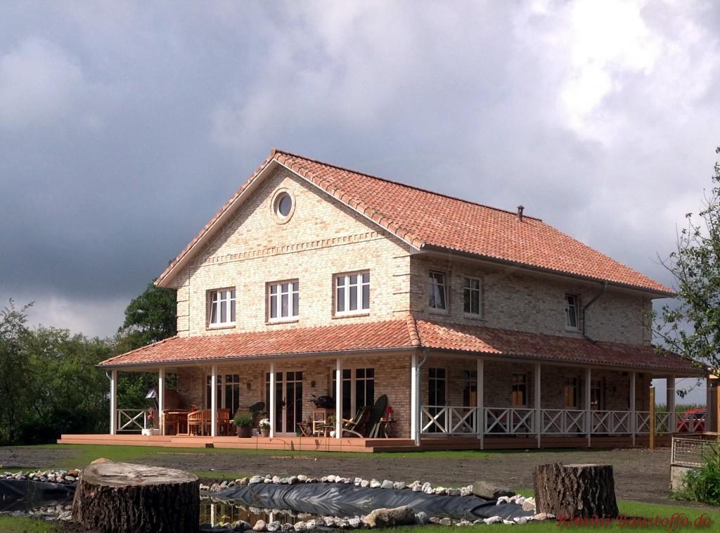 großes Einfamilienhaus mit Pagode rund um das Haus