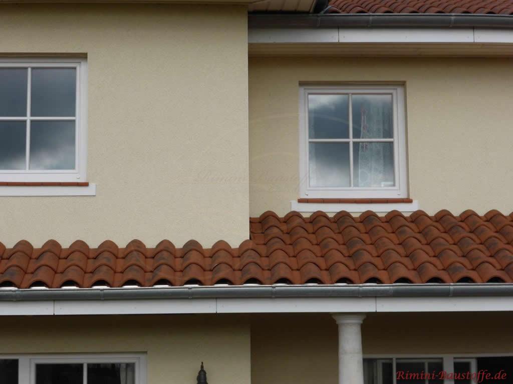 schoener dunkelroter Dachziegel mit grossem Wulst und passenden Fensterbaenken aus Ton