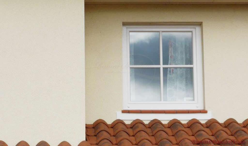 rote Fensterbaenke aus Ton, noch nicht verfugt