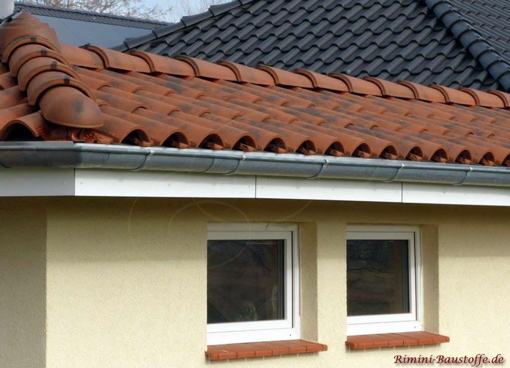 rote Tonfensterbaenke passend zum Dachziegel