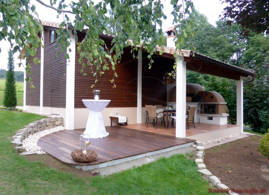 Gartenhaus mit dunkler Holzfassade und einem antiken romanischen Dachziegel