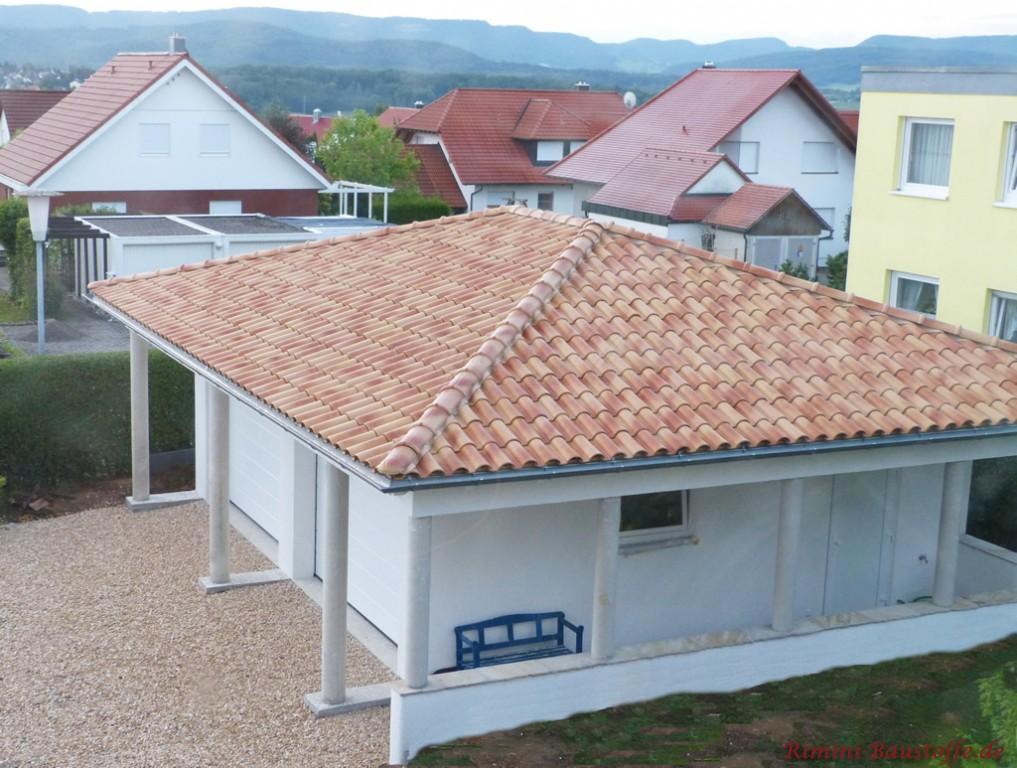 schöner kleiner Bungalow mit einer weissen Fassade und einem strohgelben Dach