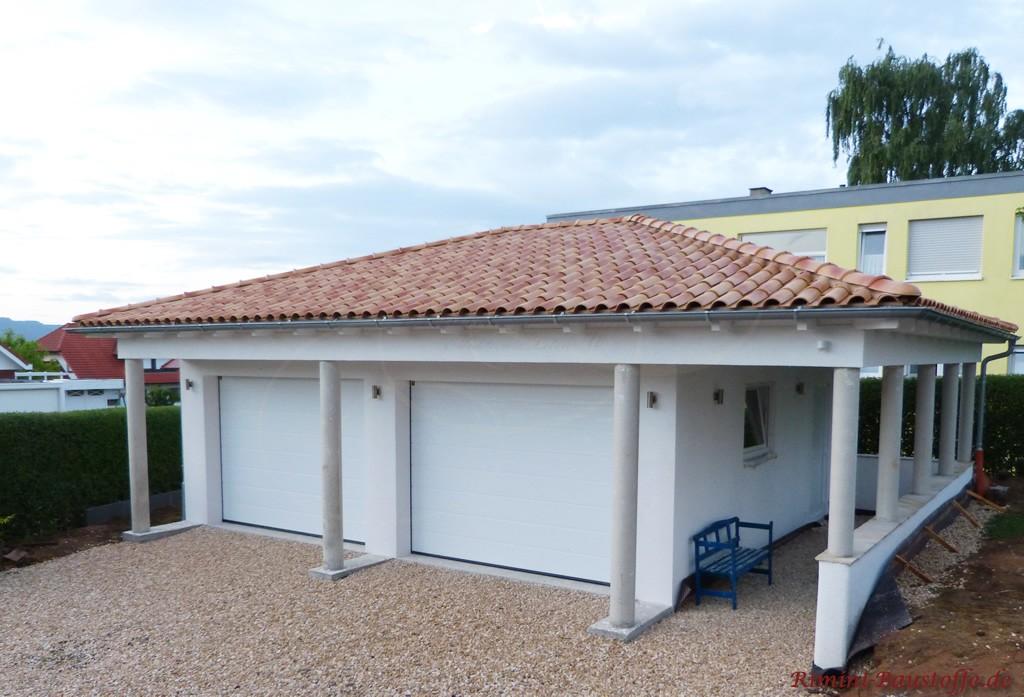 schöne Doppelgarage mit weisser Fassade und einem meidterranen Dach