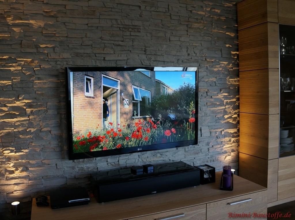 indirekt beleuchtete Wohnzimmerwand hinter dem Fernseher