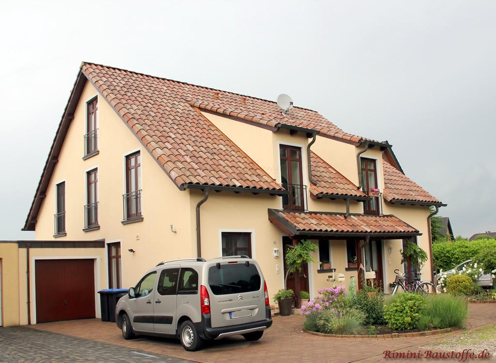 schönes Doppelhaus im mediterranen Stil mit zwei Gauben