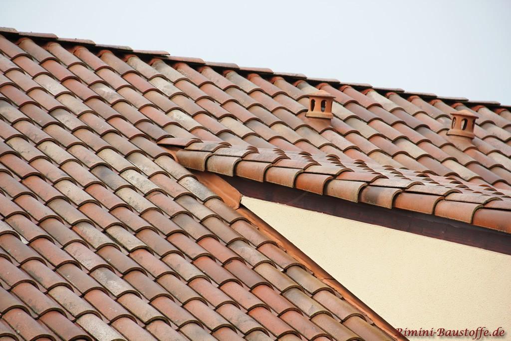 schöner gewölbter Dachziegel in verschiedenen Rottönen