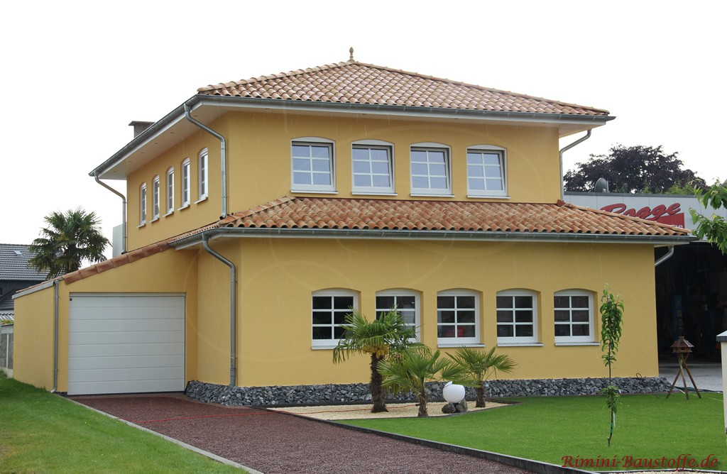 große mediterrane Villa mit quadratischem Grundschnitt