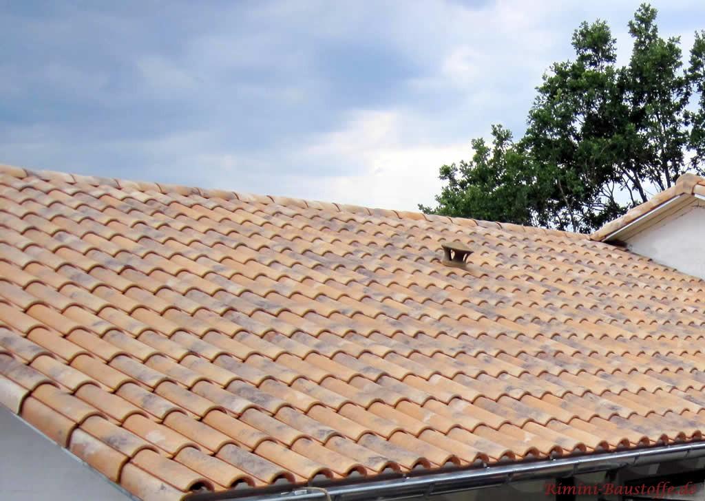 schöner milder mediterraner Dachziegel in grau-braun