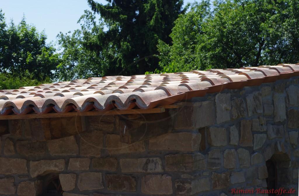 Gartenhaus aus Naturstein mit Mönch Nonne Dacheindeckung