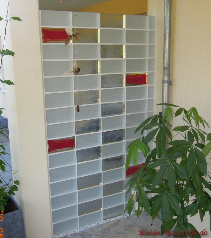 Terrassentrennwand mit farbigen Glasbausteinen geschlossen