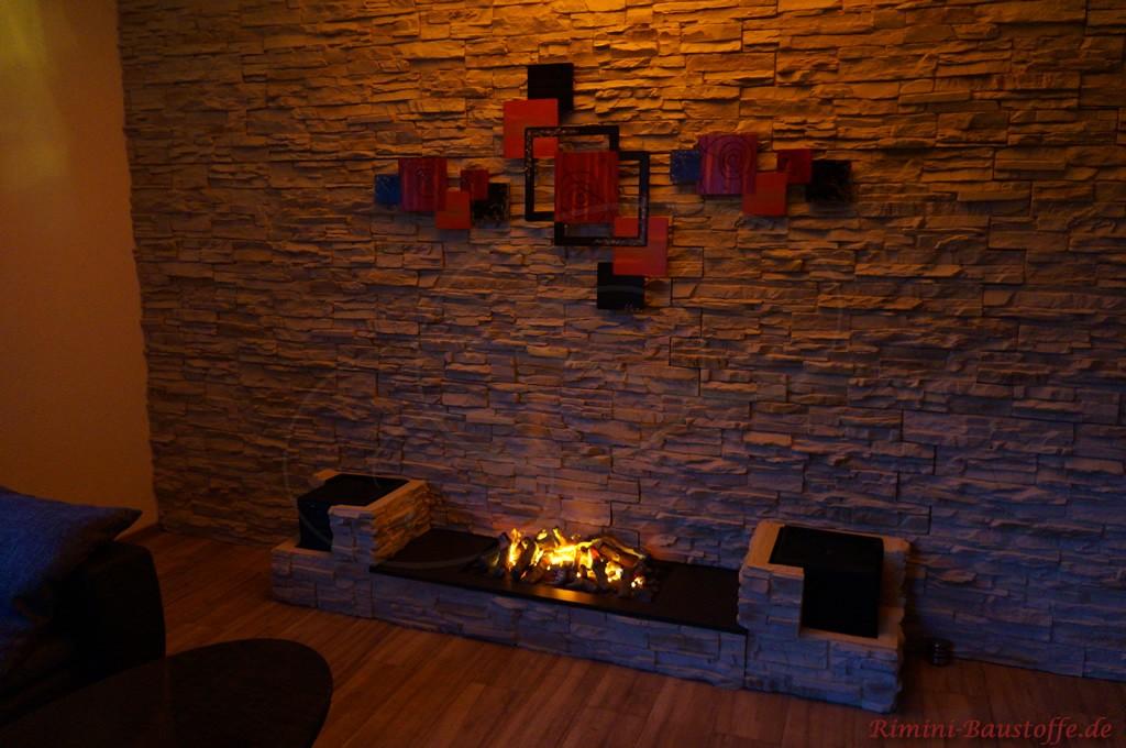 modern gestaltete Wohnzimmerwand mit Kunststoffpaneelen