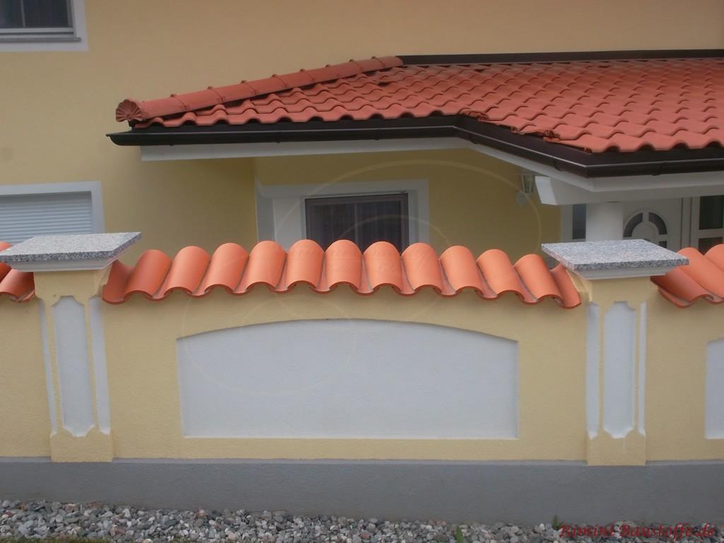rote Halbschalen auf der Mauer passend zu jedem anderen roten Dachziegel