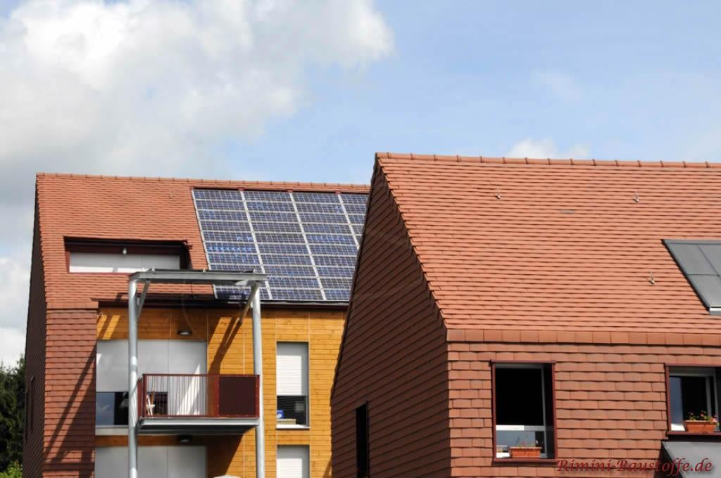 Schindeln in Verbindung mit einer großen, eingelassenen Solaranlage