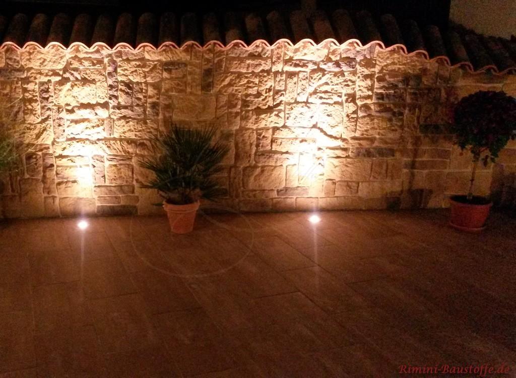 schöne beleuchtete Gartenmauer in Natursteinoptik
