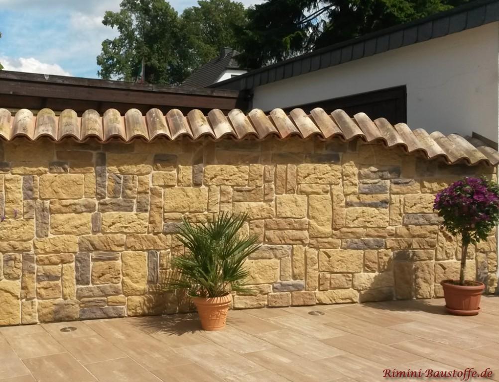 Gartenmauer in rustikaler Natursteinoptik mit passender Mauerabdeckung