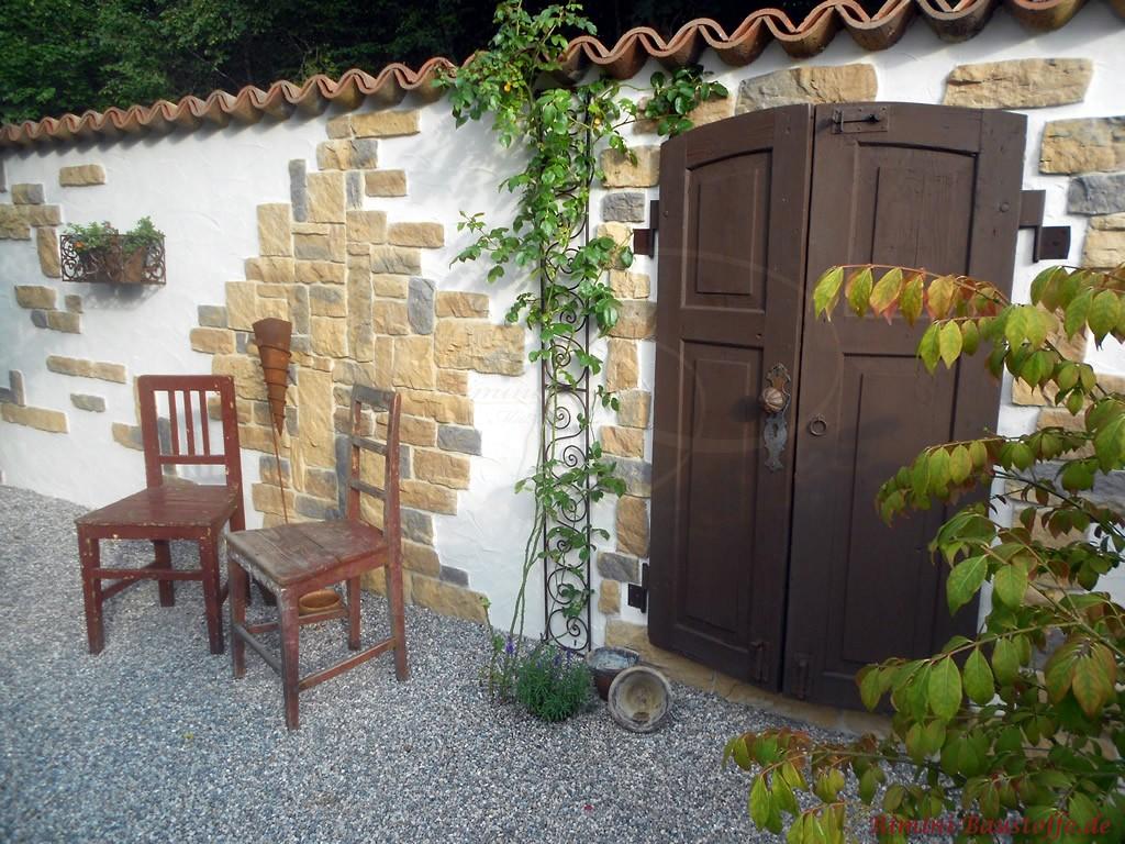 schöne rustikale Gartenmauer mit Elementen in Natursteinoptik