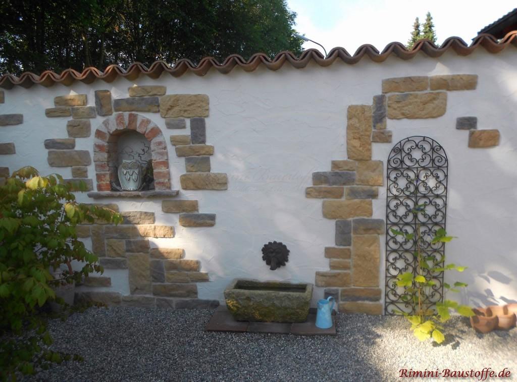 Gartenmauer aus Putz mit Klinker als Fensterumrandung