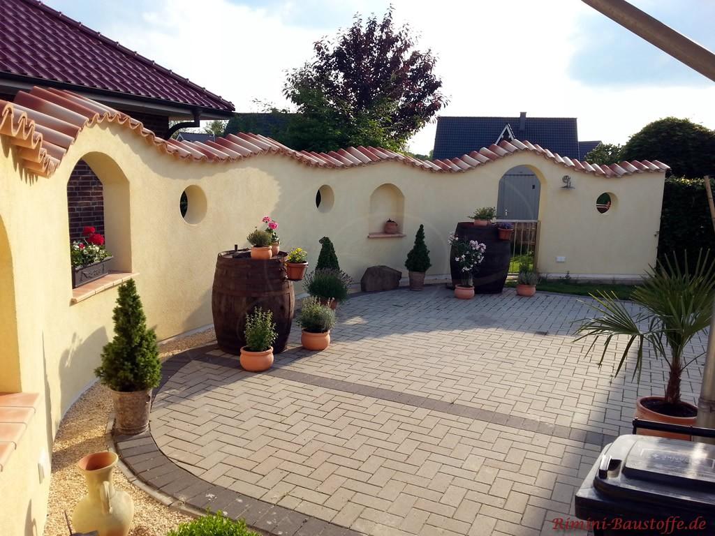 sehr schöne südländische Gartenmauer mit schönen Details